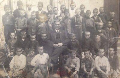 Učitelj Zarija Đorić sa učenicima I-1 razreda školske 1928/29.god